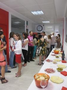 Despúes de las clases, alumnos y profesores comparten un vino.